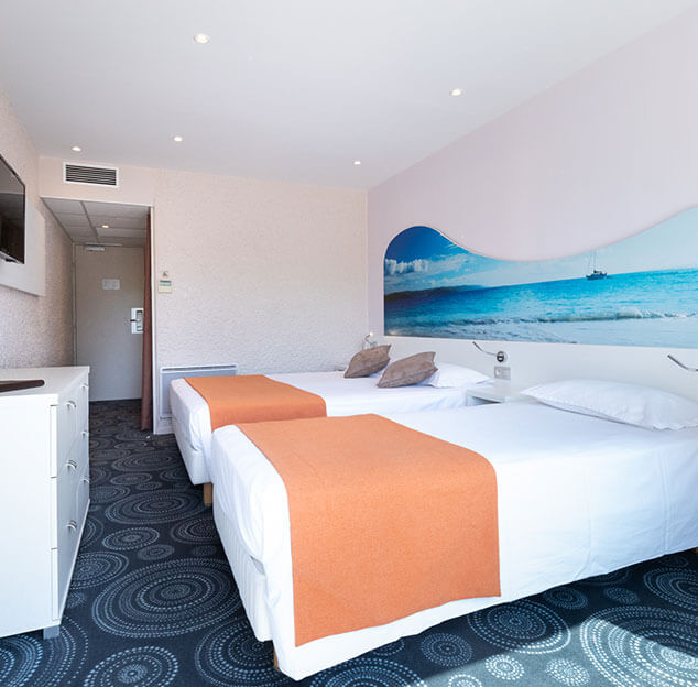 Large double bed and single bed in the Tribord triple room that can accommodate three people - Hotel Europe in La Grande Motte